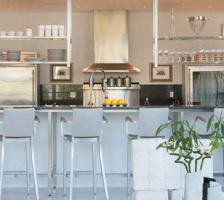 الرفوف المعلقة.. ديكور متميز ومساحة تخزين إضافية في المطبخ