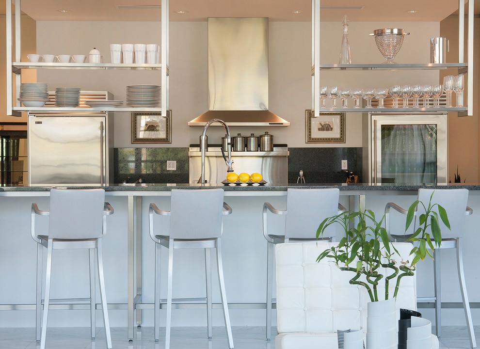أرفف مطبخ معلقة 1 الرفوف المعلقة.. ديكور متميز ومساحة تخزين إضافية في المطبخ