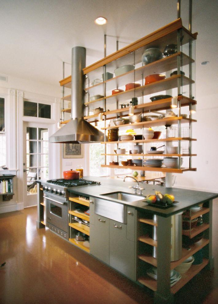 أرفف مطبخ معلقة 3 الرفوف المعلقة.. ديكور متميز ومساحة تخزين إضافية في المطبخ