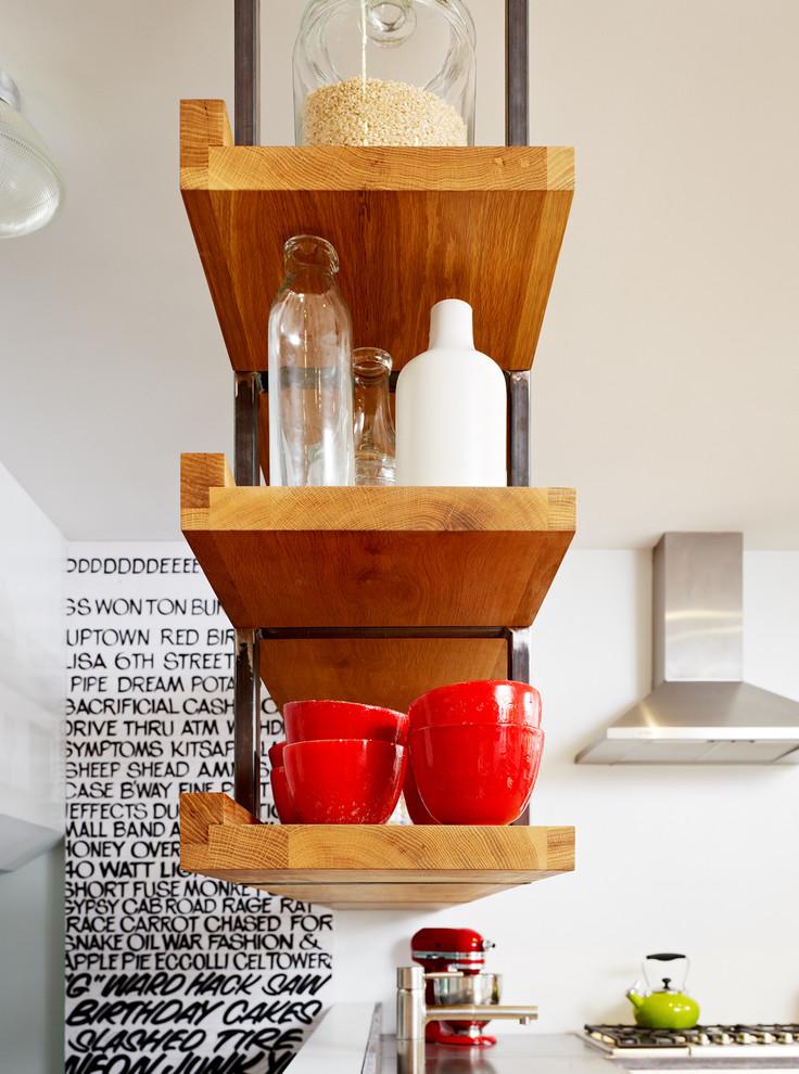 أرفف مطبخ معلقة 5ا الرفوف المعلقة.. ديكور متميز ومساحة تخزين إضافية في المطبخ