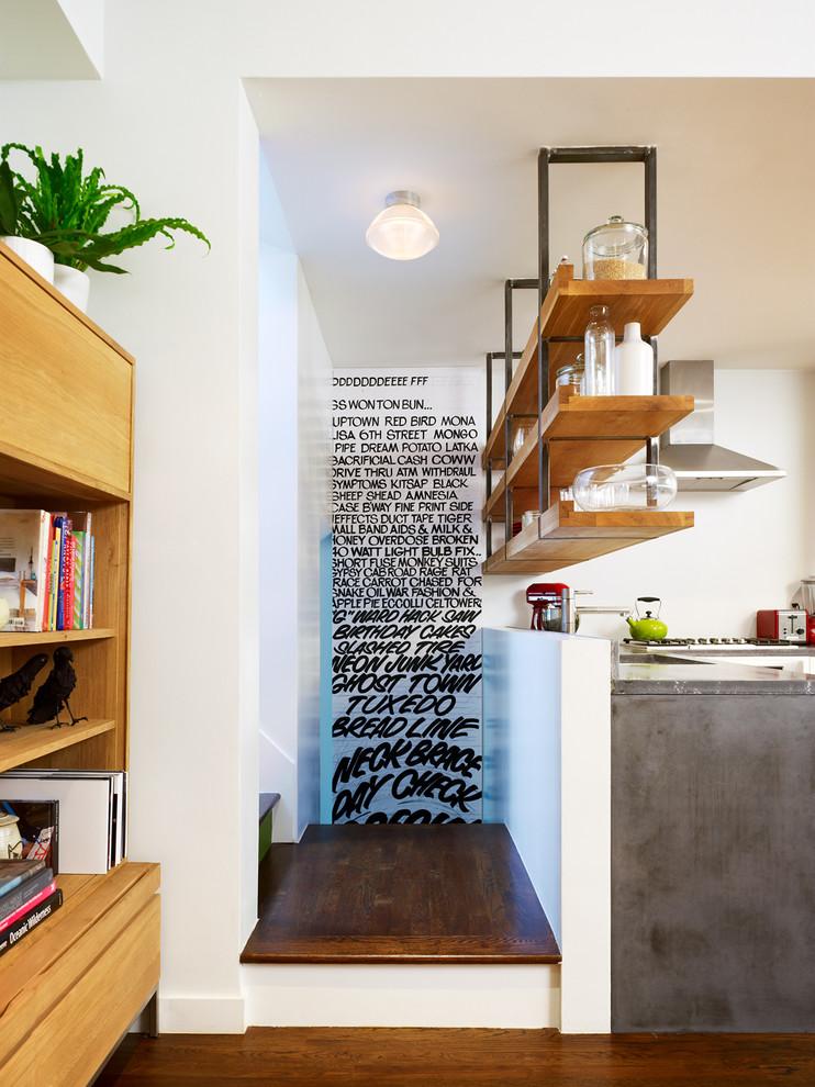 أرفف مطبخ معلقة 5 الرفوف المعلقة.. ديكور متميز ومساحة تخزين إضافية في المطبخ