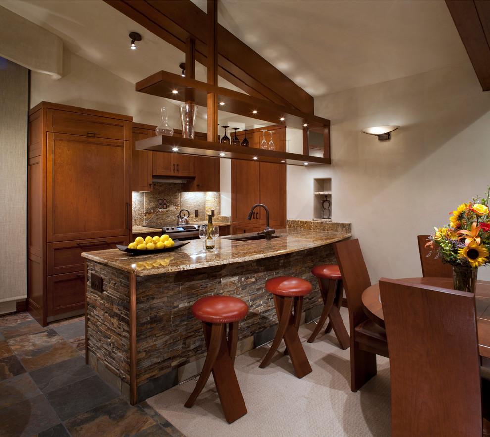 أرفف مطبخ معلقة 7 الرفوف المعلقة.. ديكور متميز ومساحة تخزين إضافية في المطبخ