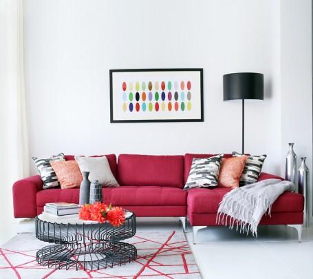 أريكة بألوان مشرقة