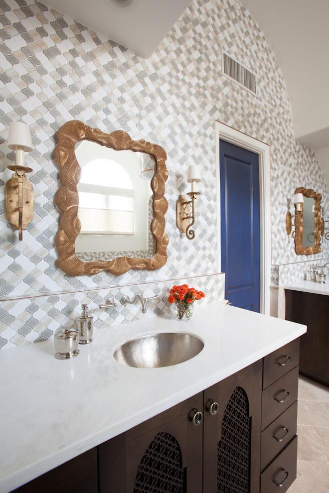 الحمام الرئيسي سحر الشرق وحداثة المودرن في منزل واحد