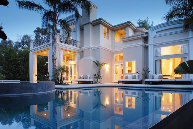 تصاميم منازل من الخارج حمام السباحة في المنزل... ضرورة أم رفاهية؟