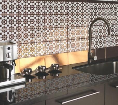 جدار مطبخ من البلاطات المنقوشة