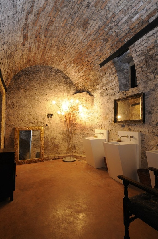 حمام ذو حوائط حجرية 5 10 حمامات فخمة بديكورات حجرية رائعة