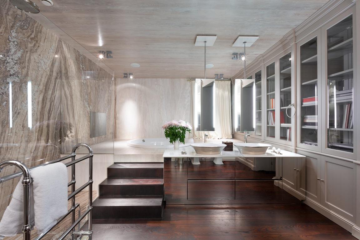 حمام رئيسي فخم 1 منزل فخم يجمع الديكور الكلاسيك والمودرن بشكل فني رائع