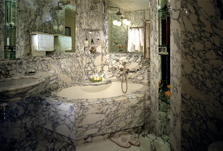 حمام رخام فخم 10 1500x1017 فخامة وروعة الرخام في تصميمات 15 حمام رائع