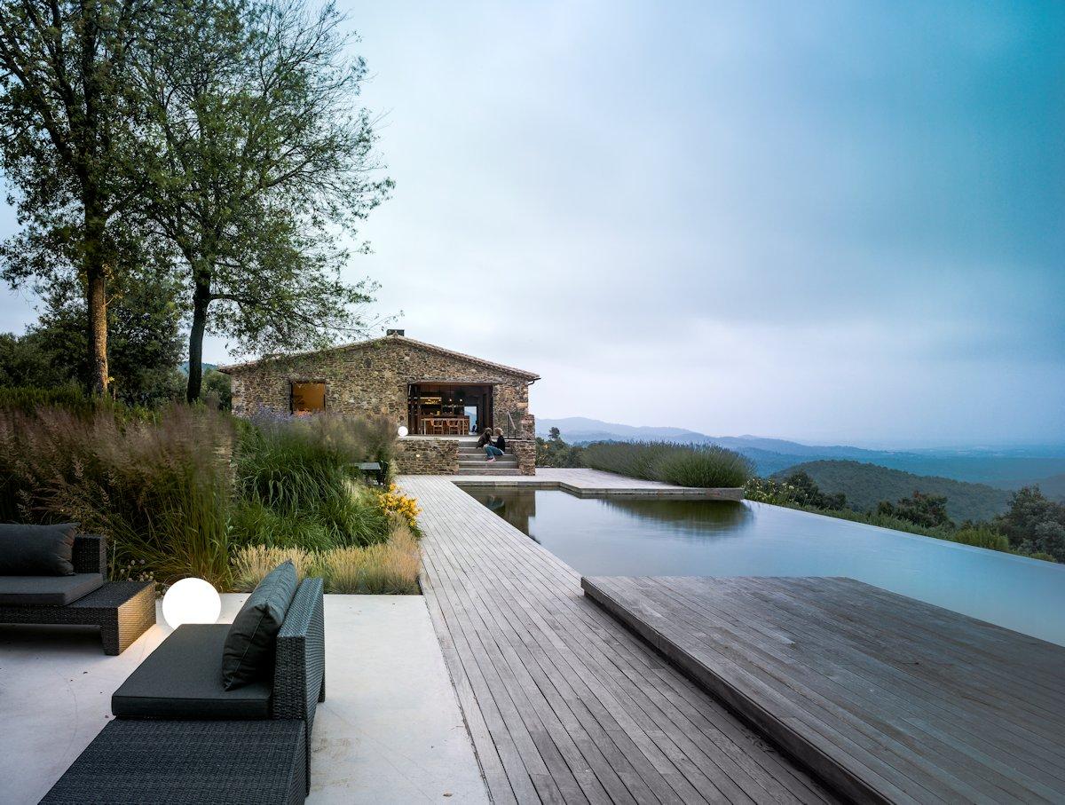 حمام سباحة خشبي حمام السباحة في المنزل... ضرورة أم رفاهية؟