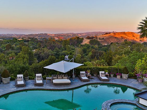 حمام سباحة 3 شاهدي أناقة منزل النجمة جينيفر لوبيز (Jennifer Lopez)