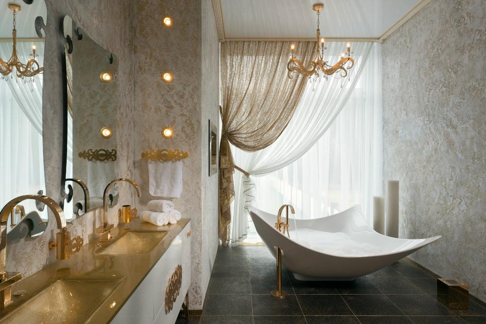 حمام يمزج الأبيض والذهبي 1 5 حمامات ملكية لعشاق الفخامة