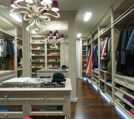 خزانة ملابس ضخمة