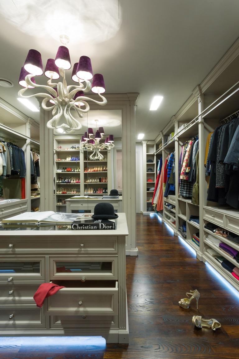 خزانة ملابس ضخمة منزل فخم يجمع الديكور الكلاسيك والمودرن بشكل فني رائع