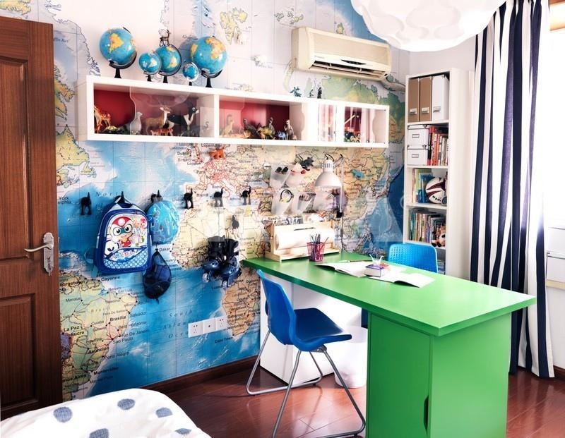 غرفة مزينة بخريطة العالم تصميمات لمساحات عمل تشجع طفلك على المذاكرة