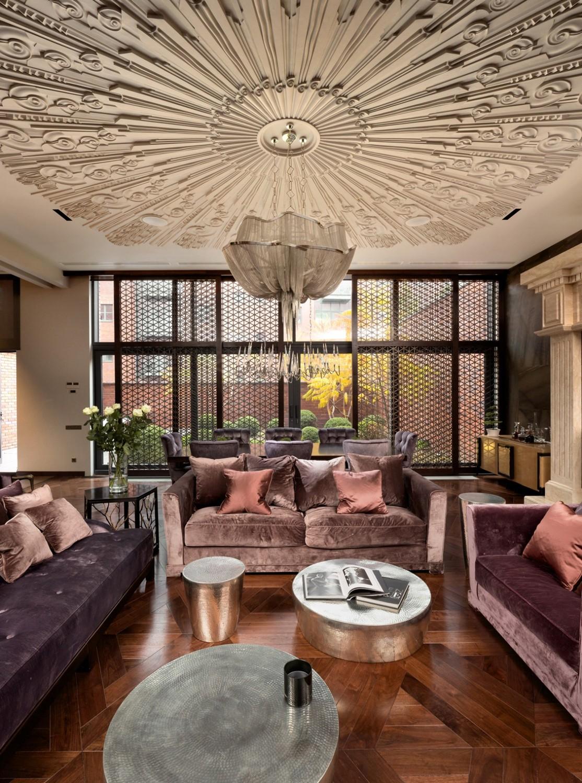 غرفة معيشة فخمة 1114x1500 منزل فخم يجمع الديكور الكلاسيك والمودرن بشكل فني رائع