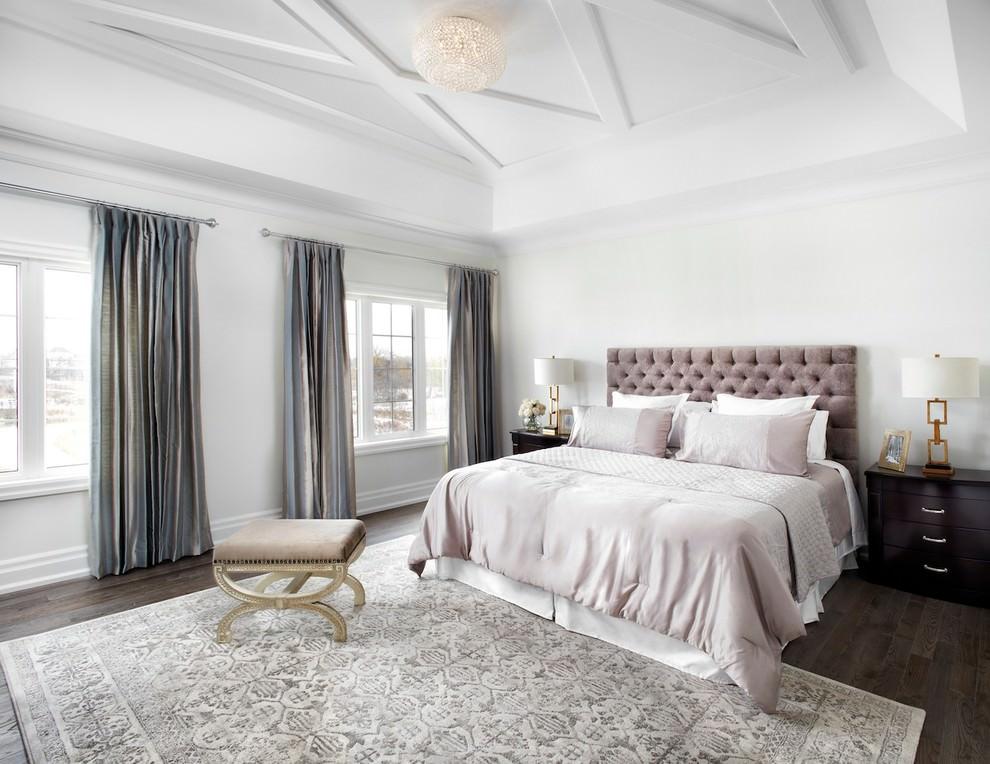 غرفة نوم رئيسية أنيقة الديكورات الكلاسيكية بمظهر عصري في منزل أنيق وراقي