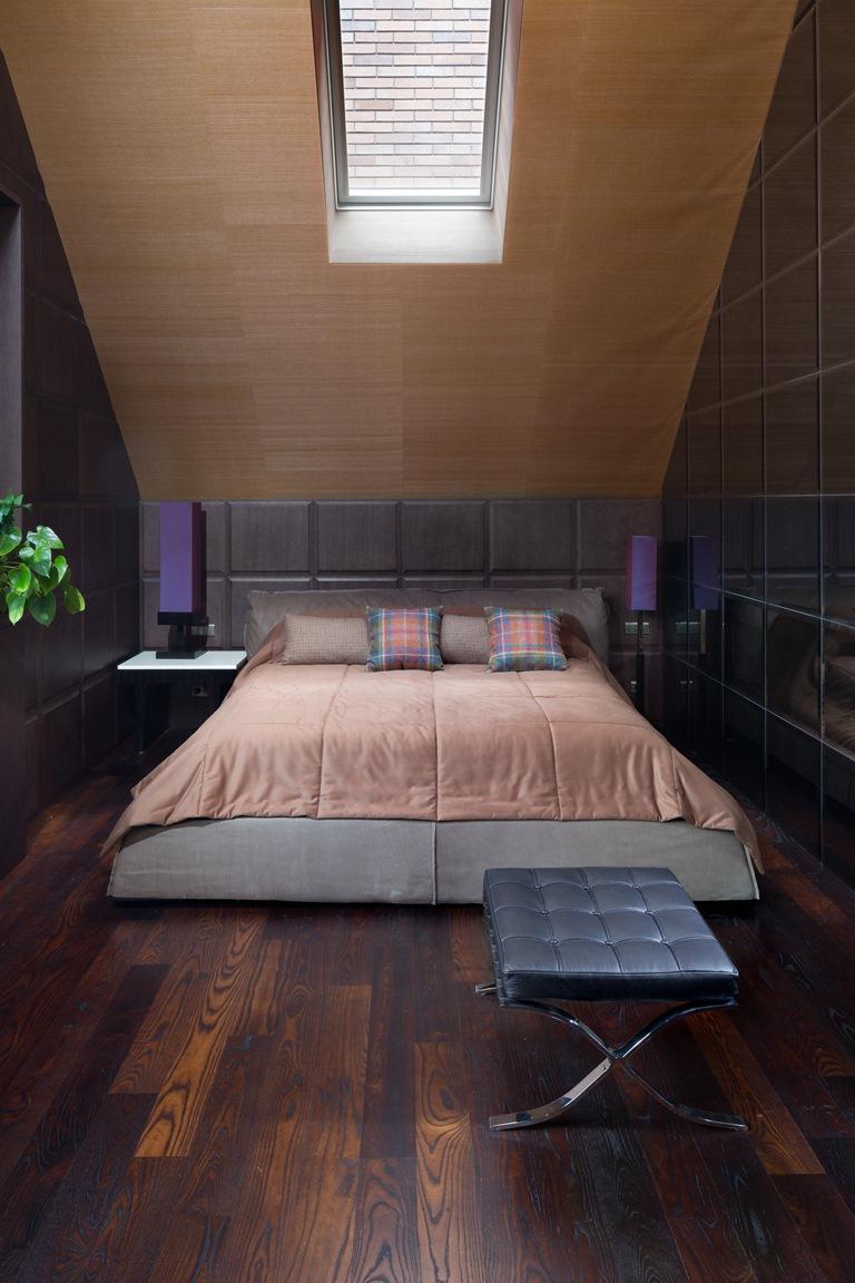 غرفة نوم علوية منزل فخم يجمع الديكور الكلاسيك والمودرن بشكل فني رائع