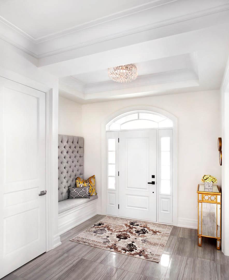 مدخل منزل أنيق الديكورات الكلاسيكية بمظهر عصري في منزل أنيق وراقي