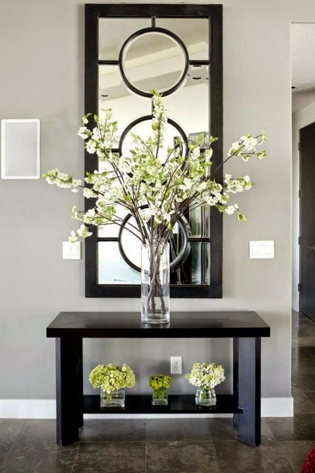 مزهرية كبيرة في المدخل المزهريات الكبيرة.. لمسة من جمال الطبيعة داخل المنزل