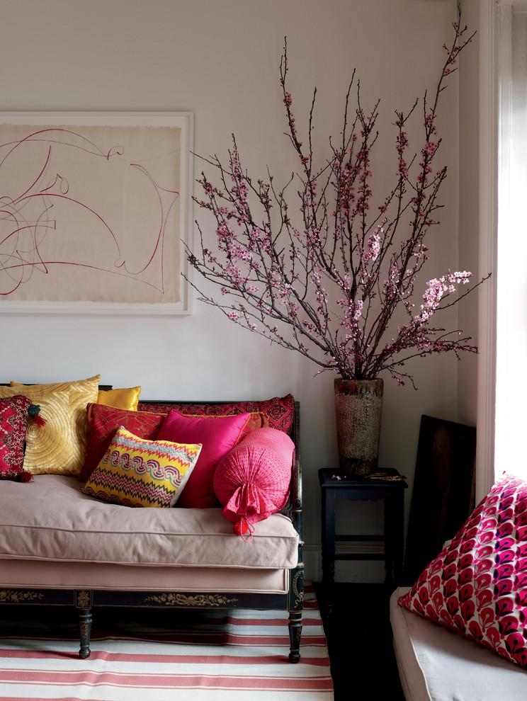 مزهرية كبيرة في غرفة المعيشة المزهريات الكبيرة.. لمسة من جمال الطبيعة داخل المنزل
