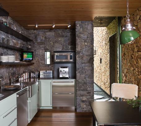 الحوائط الحجرية.. لمسة فخامة وتميز في المطبخ