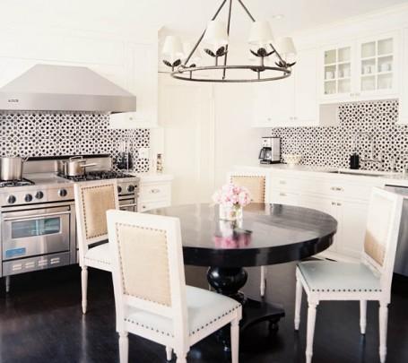 مطبخ مزين بالبلاطات المنقوشة