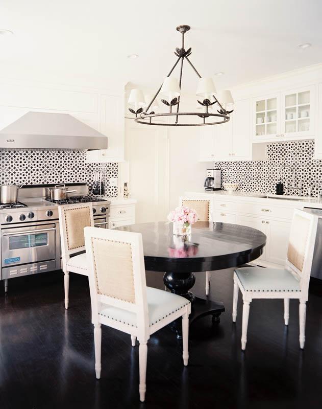 مطبخ مزين بالبلاطات المنقوشة مطبخ مزين بالبلاطات المنقوشة