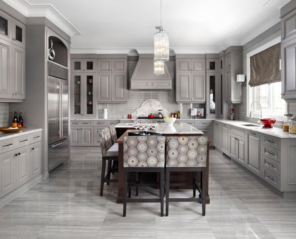 مطبخ وسفرة كلاسيك الديكورات الكلاسيكية بمظهر عصري في منزل أنيق وراقي