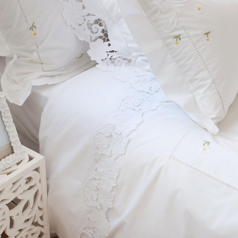 مفروشات بيضاء مطرزة 1ا 1500x1500 مفروشات سرير بتصميمات رائعة وأذواق راقية من Zara Home