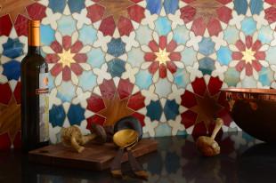 روعة الموزاييك وفخامة الرخام في تصميمات حوائط وأرضيات مذهلة
