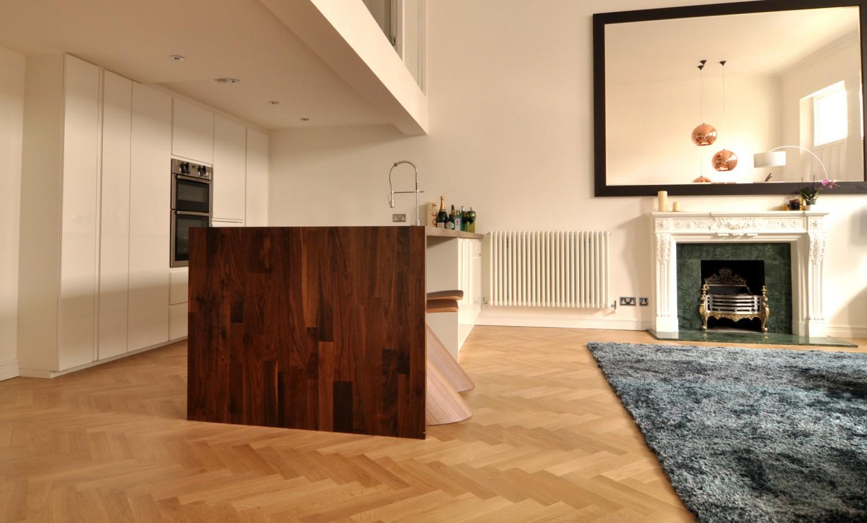 warm modern living room open kitchen 1500x906 الدفء والأناقة في غرفة معيشة عصرية غير تقليدية