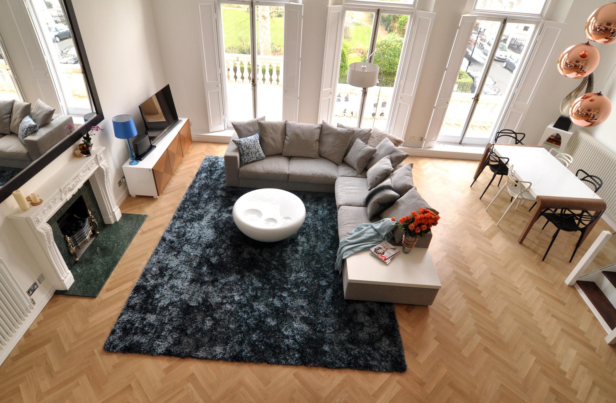 الدفء والأناقة في غرفة معيشة عصرية غير تقليدية