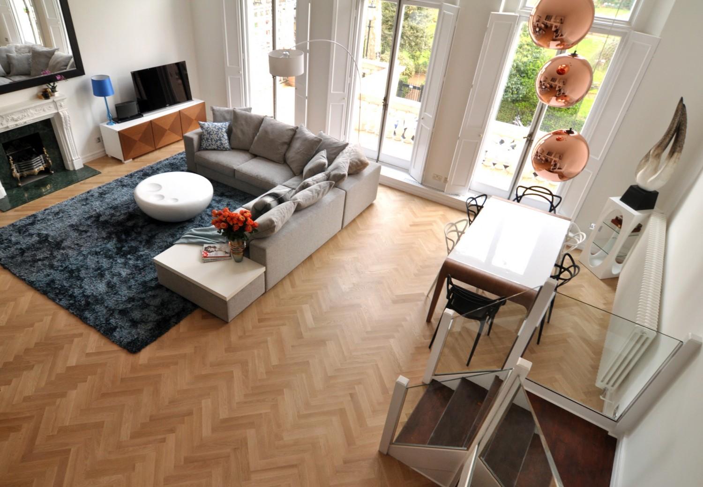 warm modern living room wide view2 1500x1040 الدفء والأناقة في غرفة معيشة عصرية غير تقليدية