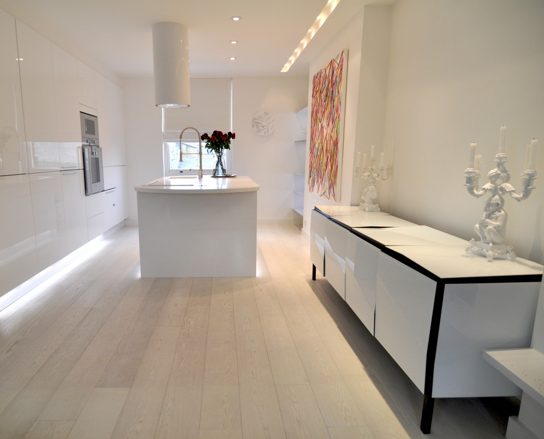 white kitchen sleek 1500x1208 تصميم منزل مودرن بعيد كل البعد عن الكلاسيكية